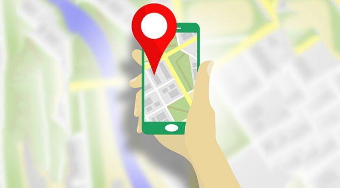 Google Mapをスマートフォンで見ている人