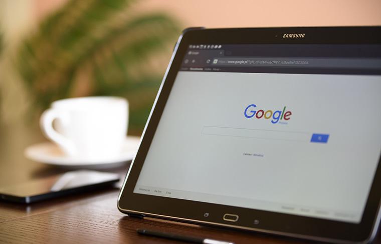 テーブルの上のタブレットでGoogle検索