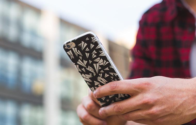 スマートフォンを操作する男性