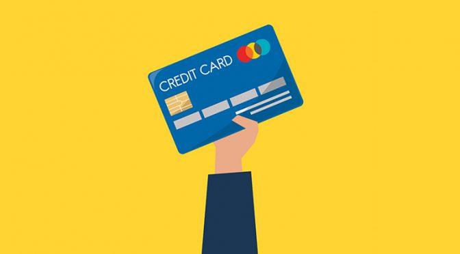 クレジットカードを手に持って出しているところ